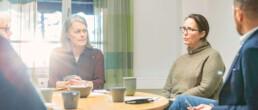 Personer samtalar runt ett bord